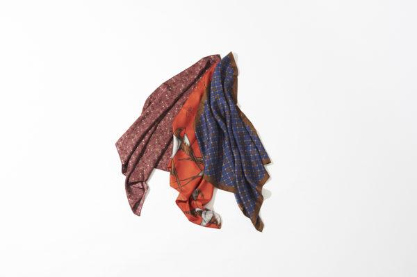 《A Piece of Chic (ア ピース オブ シック)》のシルクスカーフで、秋の首もとを演出
