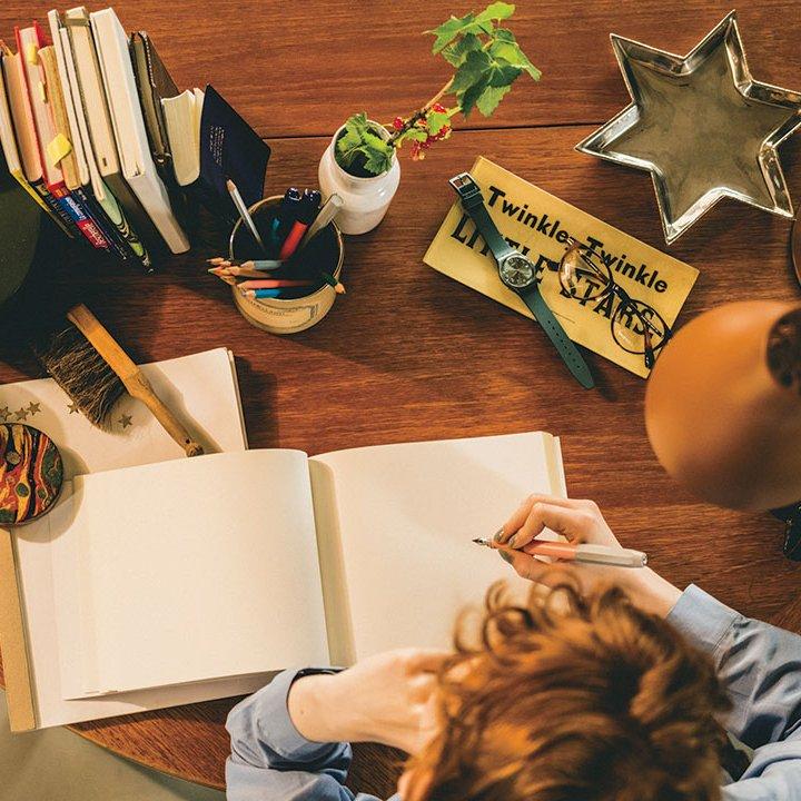 お家でゆっくり過ごす夜は楽しかった出来事を日記に書いてみない?