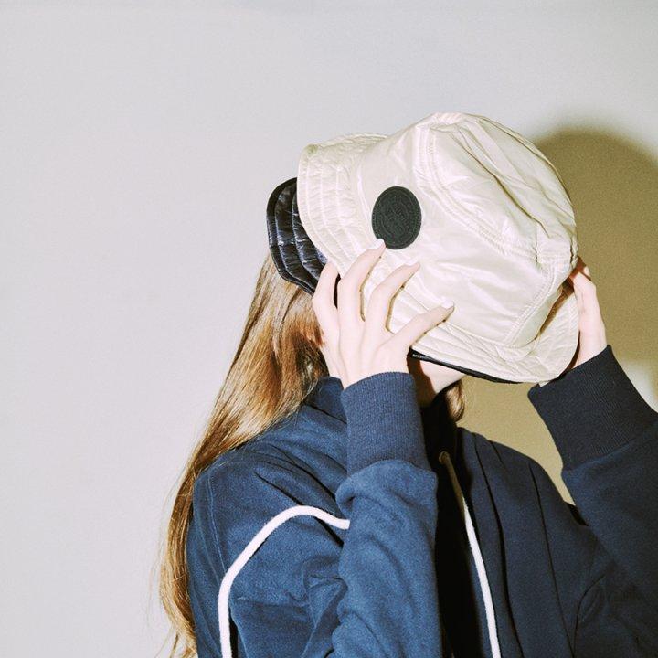 《オニツカタイガー》のナイロン製パデッドハットはスポーティ&メンズライクに決めたい日にいちおし【FUDGE GIRLのためのアクセサリークリップス】