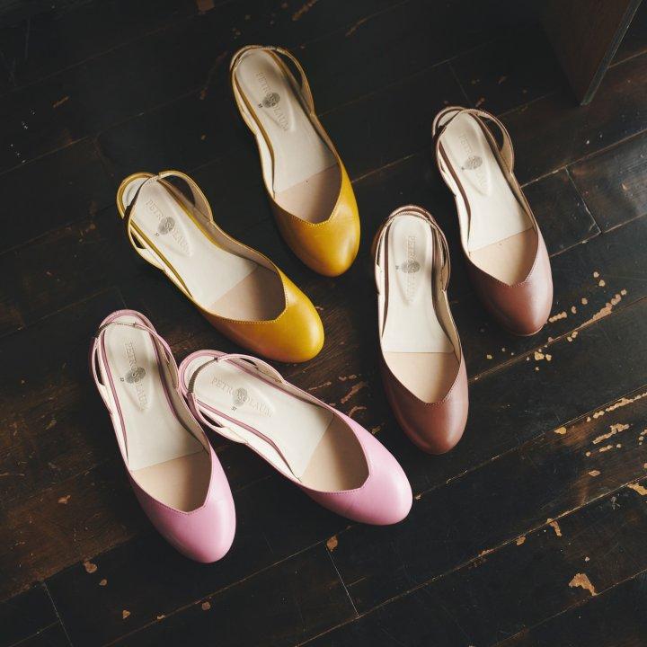 華奢な足指の根元をほんの少しのぞかせて。春の足元を大人っぽく彩る《ペテロオラウム》のフラットサンダルに心まで踊る【FUDGE GIRLのためのアクセサリークリップス】