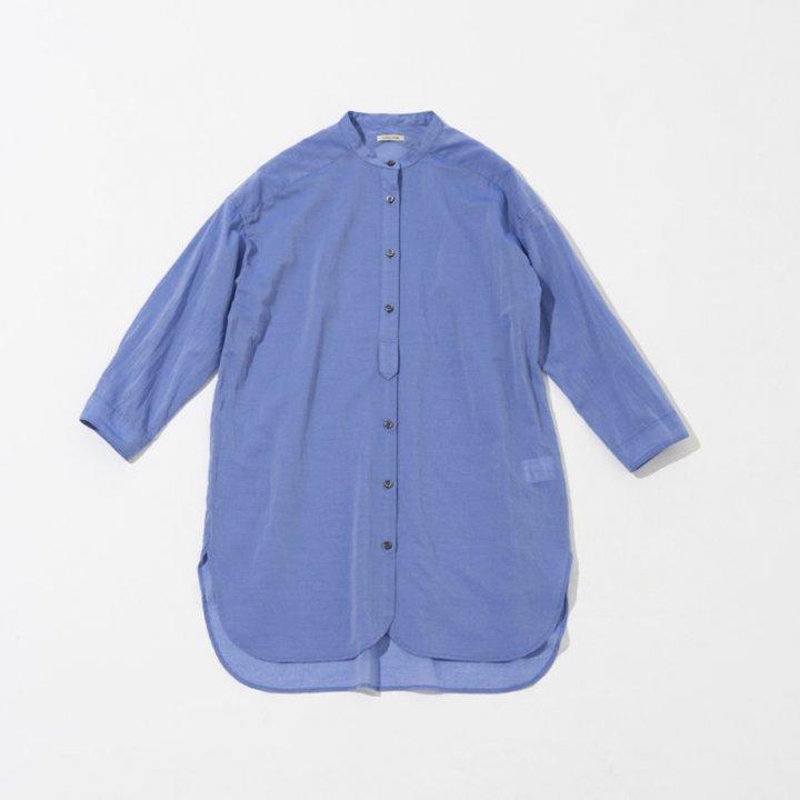 ブルーのワンピース&ロングシャツで楽しむ、爽やかな季節を感じて