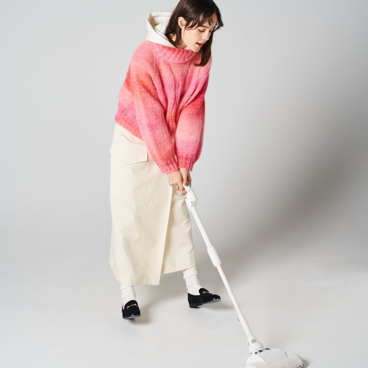 """白スタイルを華やげるロマンティックなピンクセーター【""""モノトーン""""ガールの着まわし30days】"""