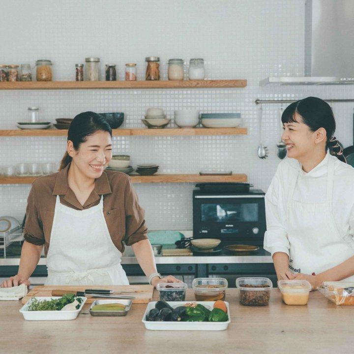[ 菊池亜希子さん ] 春井春乃さんから常備菜を教わる。