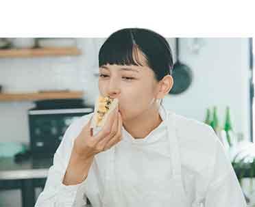 菊池亜希子さんサンドイッチを食べる