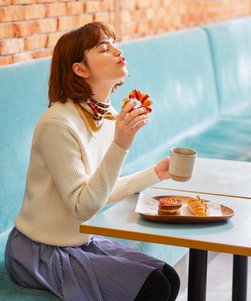 パンを食べて美味しそうな表情の女性