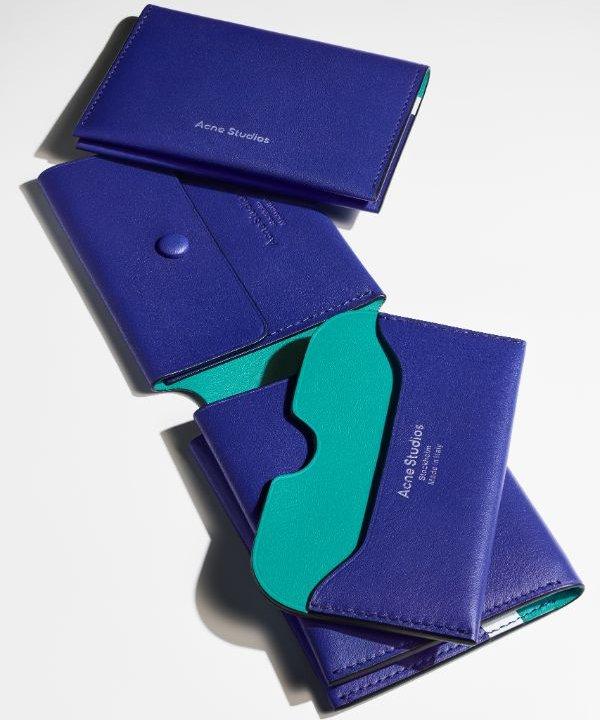 ミニマルなデザインが人気を集める《Acne Studios》のスモールレザーグッズに新色が登場