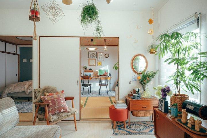 和室を書斎に大変身!カラフルな色合いと植物溢れる3DK二人暮らしのインテリア【私らしく暮らす】