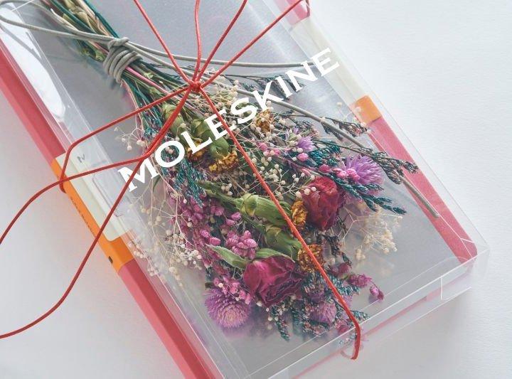 母の日は感謝の気持ちと一緒に《Moleskine》のノートと「EW.Pharmacy」のドライフラワーがセットになったギフトを贈ろう