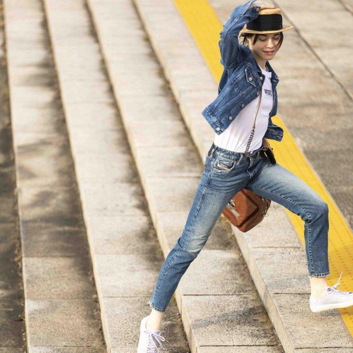 《ディーゼル》のジーンズとスニーカーで春を駆け上がれ