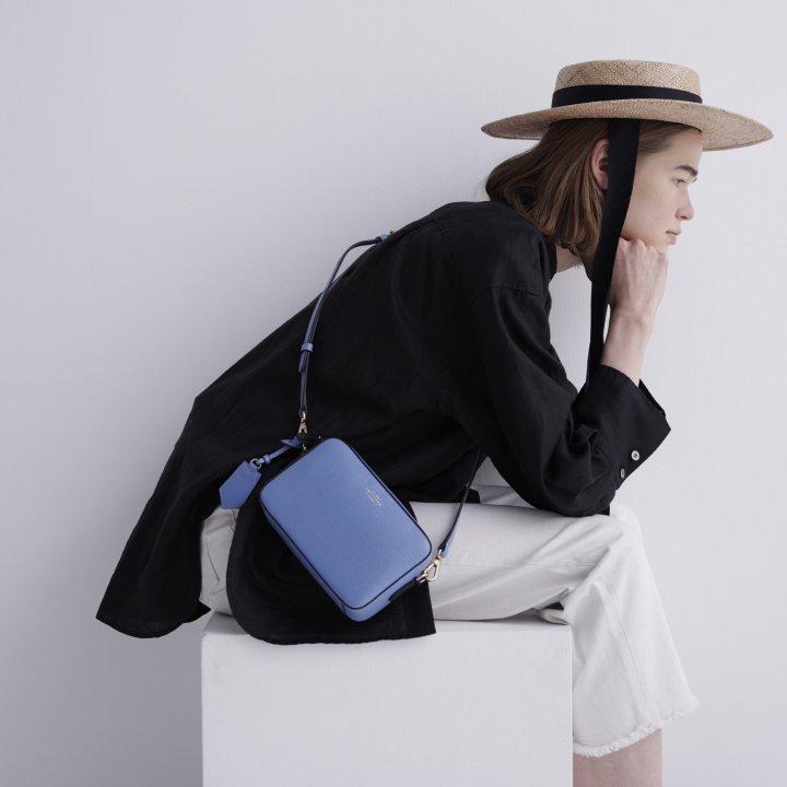 《スマイソン》のブルーショルダーバッグをきかせる初夏のモノトーンスタイル【FUDGE GIRLのためのアクセサリークリップス】